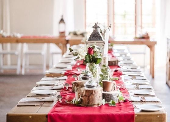 Tavolo con runner e fiori